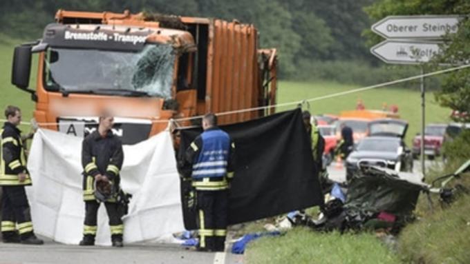 Мусоровоз раздавил легковую машину спятью пассажирами натрассе вГермании