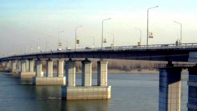 Милиция проводит проверку пофакту прыжка мужчины сНового моста вОбь