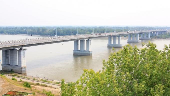 ВБарнауле мужчина спрыгнул сНового моста идоплыл доберега