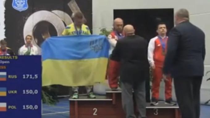Русского  пауэрлифтера отстранили от интернациональных  состязаний  зафутболку сПутиным