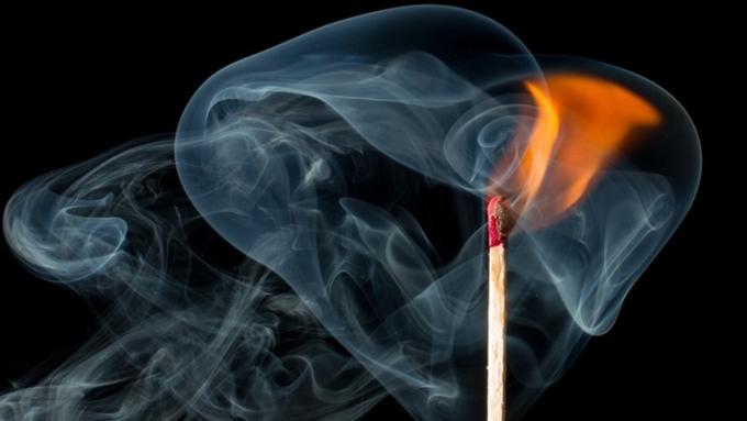 ВБарнауле сгорел гараж савто, огонь перекинулся накрышу дома