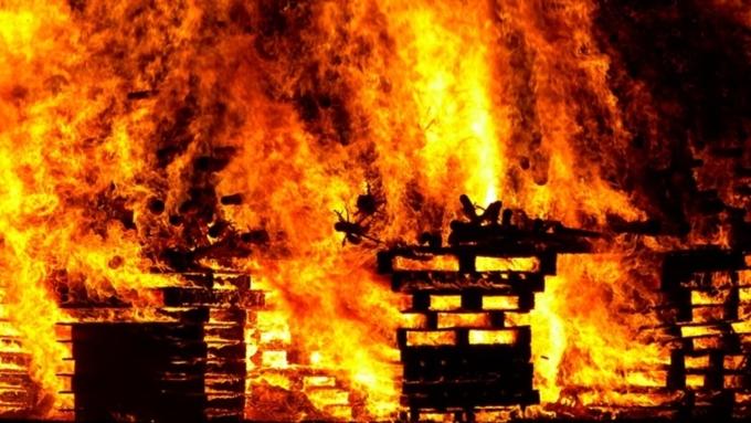 Неменее 20 человек тушили полыхающий дом вБарнауле