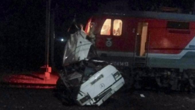 Нехватило сил: пассажиры вручную спасали автобус отпоезда