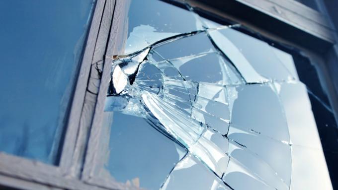 Жительница Барнаула отсудила полмиллиона заупавший нанее кусок стекла