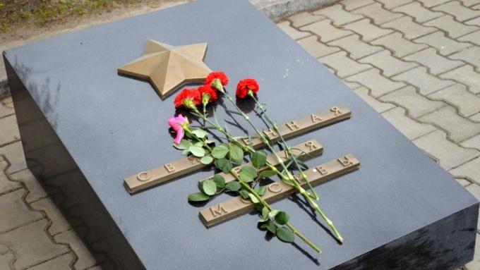 Милиция ищет хулиганов, выкопавших ели уМемориала Славы вБарнауле