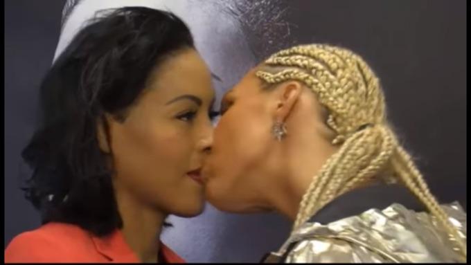 Девушка поцеловала соперницу вовремя дуэли взглядов