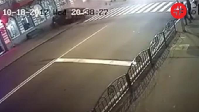 Камеры наблюдения сняли момент наезда налюдей вХарькове