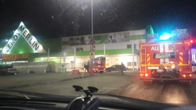 38 человек тушили пожар вбарнаульском «Леруа Мерлен»