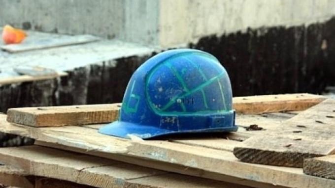 Мужчина упал с12-го этажа строящейся высотки вБарнауле