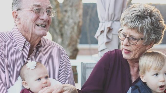 Ученые: Бабушки идедушки вредят здоровью внуков, занимаясь перекармливливанием