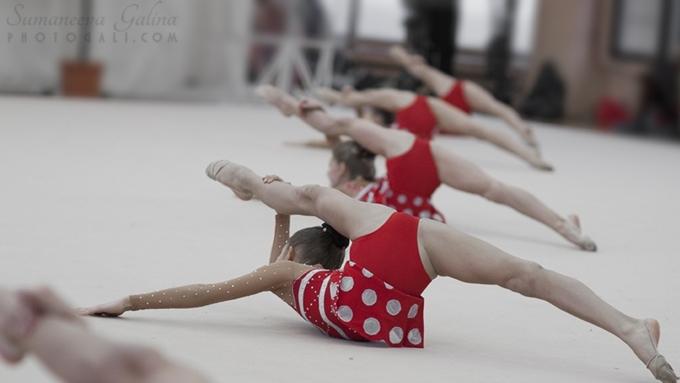 Девочка гимнастка лижет сама у себя