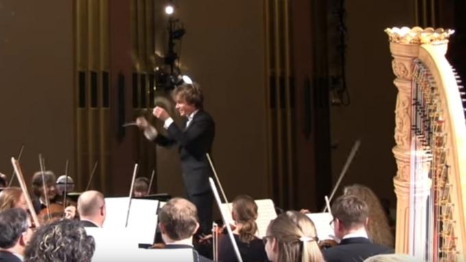 Видео с дамой, испугавшейся насимфоническом концерте, покорило интернет