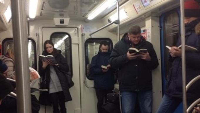 Фото жителей столицы вметро изумило иностранных пользователей Сети