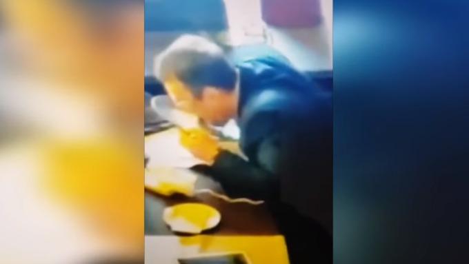 Всети интернет появилось видео, где депутат Рады вылизывает тарелку