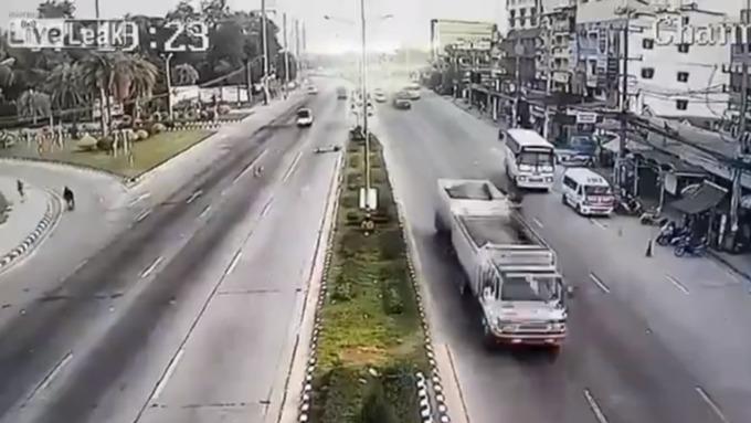 Отлетевшая от грузового автомобиля покрышка сбила байкера смотоцикла