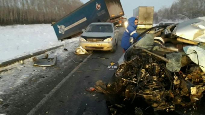 Под Новосибирском шофёр легкового авто умер вДТП сфурой