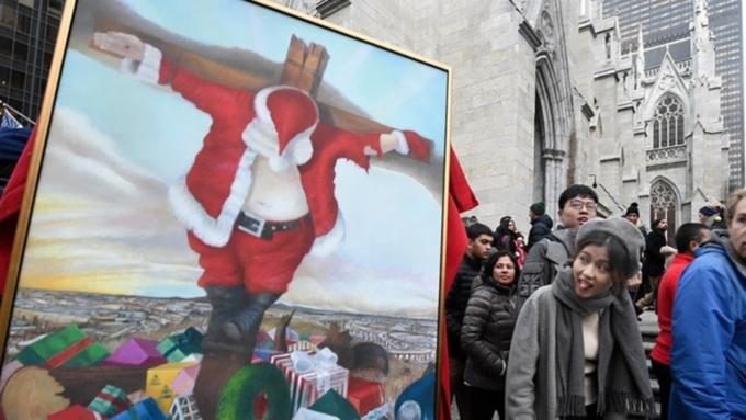 «Рождество уже нето»: вцентре Нью-Йорка у храма «распяли» Санта Клауса