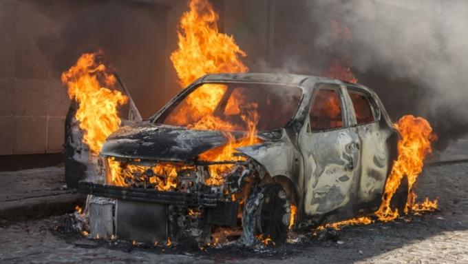 Хулиганы сожгли вновогоднюю ночь воФранции неменее  1 тыс  машин