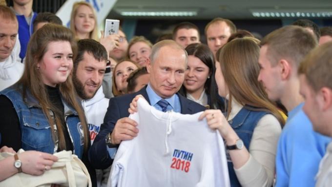 Путину вручили толстовку слоготипом его предвыборного штаба
