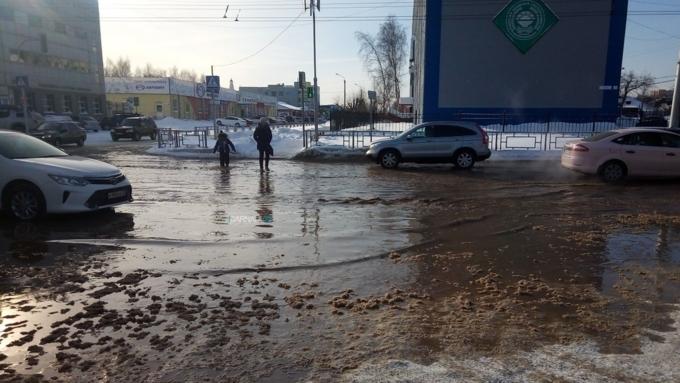 ВБарнауле машины едут позатопленной водой улице