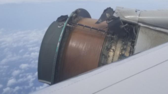 У самолета United Airlines прямо в воздухе начала отваливаться обшивка