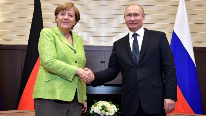 Путин сказал, что время отвремени получает вподарок пиво отМеркель