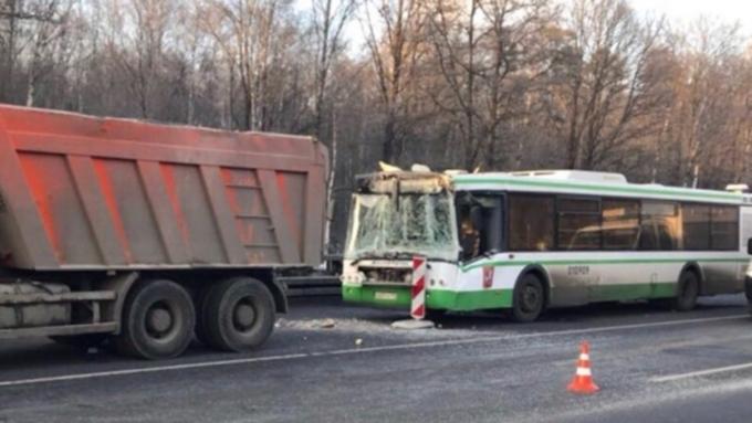 Фургон иавтобус столкнулись наКиевском шоссе в столице России