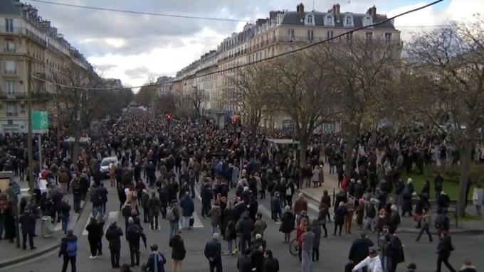 Несколько тыс. человек вышли намарш против антисемитизима встолице франции