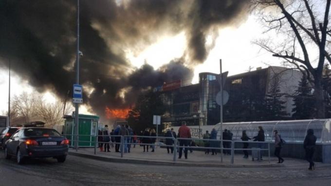 ВСамаре пылает крыша здания рядом сторговым центром