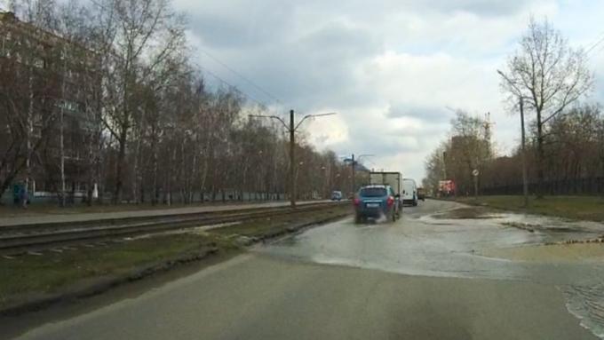 Барнаульскую улицу перекрыли из-за вздыбившегося отнапора воды асфальта
