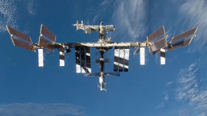 Экипажу МКС покажут парад Победы