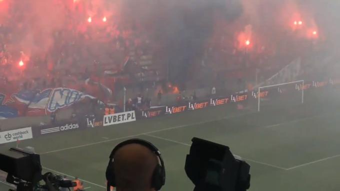 Польские фанаты случайно сожгли собственный баннер «Мыникогда несгорим»