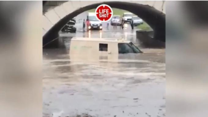 Машина синкассаторами утонула после сильного ливня