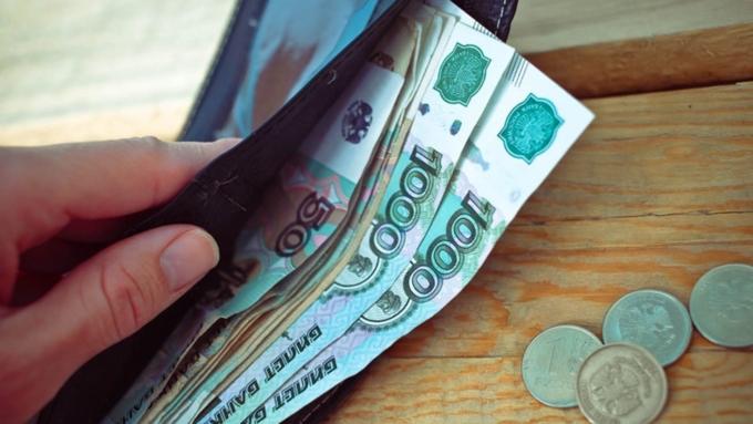 Большинство работающих граждан России не ожидают роста зарплат, показал опрос