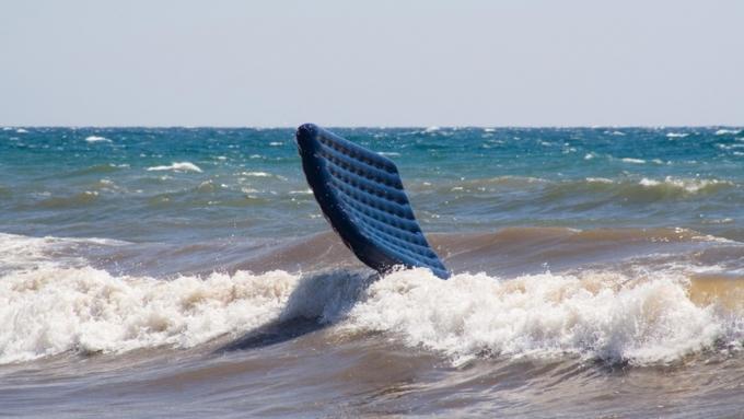 Пенсионерку из России унесло в открытое море на матрасе — искали 20 часов