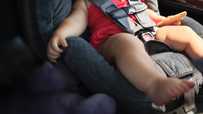 Прохожий с тесаком спас ребенка иззакрытого автомобиля