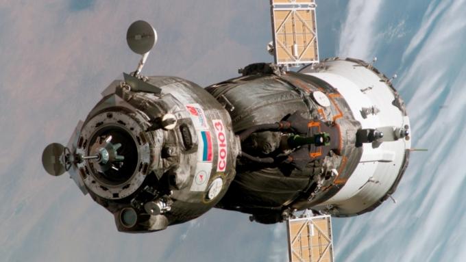 Версия с космическим диверсантом из США отпала. На борту МКС нет такого длинного сверла, чтобы продырявить обшивку Союза