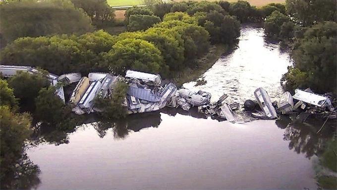 Обвалился  мост. ВАйове грузовой поезд упал вреку