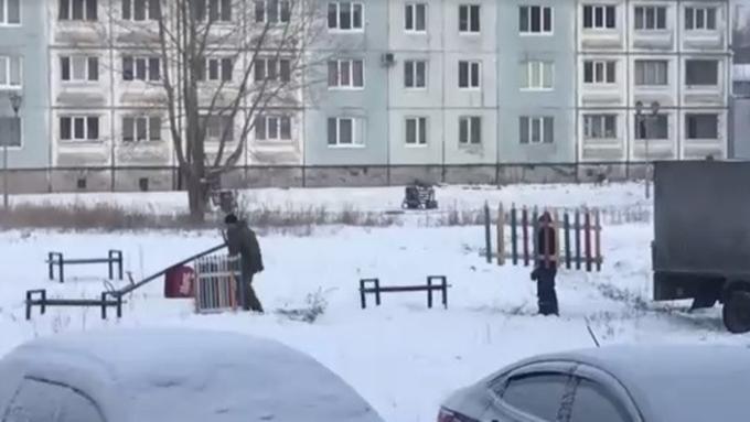 Мэр Междуреченска отчитал чиновников за«примерку» детской площадки