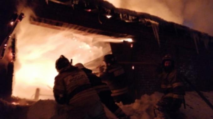 Крупный пожар под Омском: горит 1000 кв. метров ангара с техникой
