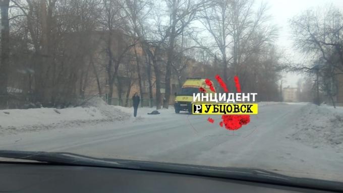 Тело женщины обнаружили на улице в Рубцовске