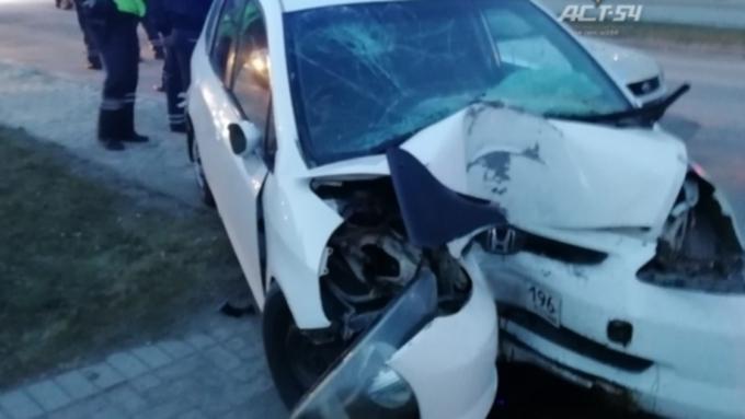 В Барнауле столкнулись такси и внедорожник