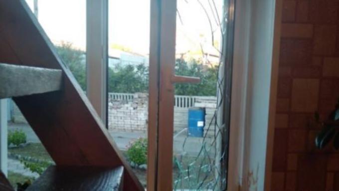 Разбитое силовиками окно / Фото: Инга Волженина / vk.com/barneos22
