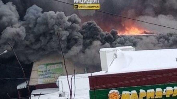 ВНовосибирской области полыхает крупный торговый комплекс
