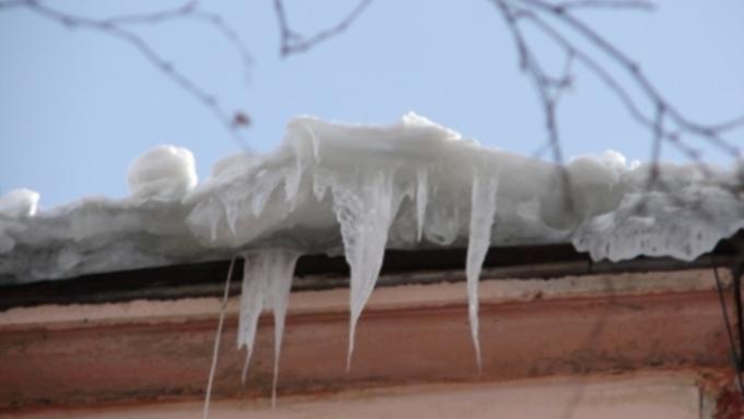 Мать закрыла собой ребенка при сходе лавины снега с крыши в Барнауле