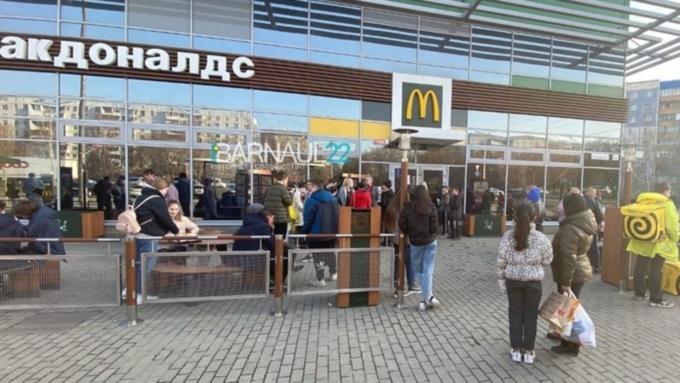 """В Барнауле посетителей """"Макдоналдса"""" эвакуировали из-за угрозы пожара"""