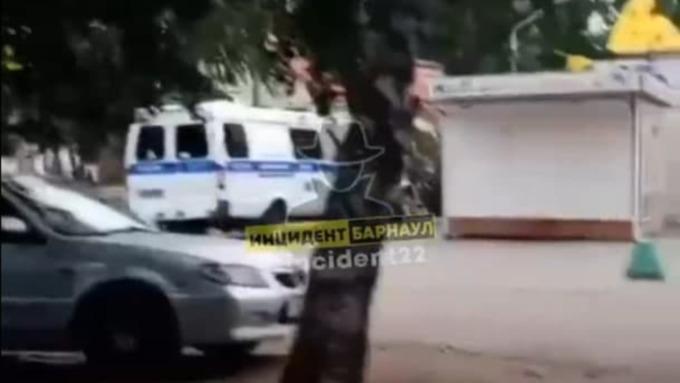 Неизвестный мужчина увёл мальчика в одном из дворов Барнаула. Обновлено
