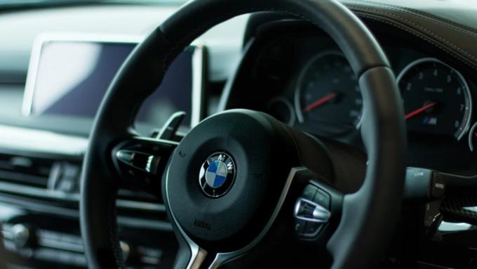 В Новосибирске водитель на BMW пролетел на красный и насмерть сбил ребёнка