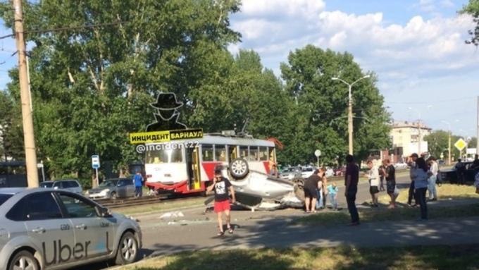 Автомобиль перевернулся на крышу после ДТП в Барнауле