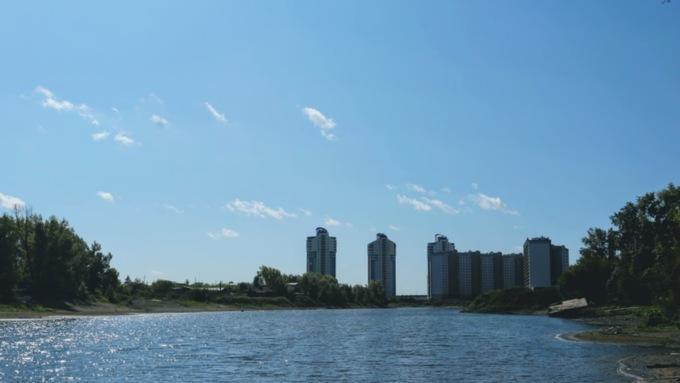 """Вместо пляжа - высотки. Барнаульцы пытаются """"отбить"""" легендарный Ковш у застройщиков"""